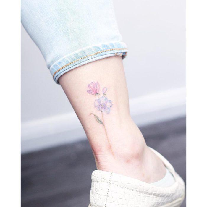 Tatuaje flores acuarela colores rosa y azul