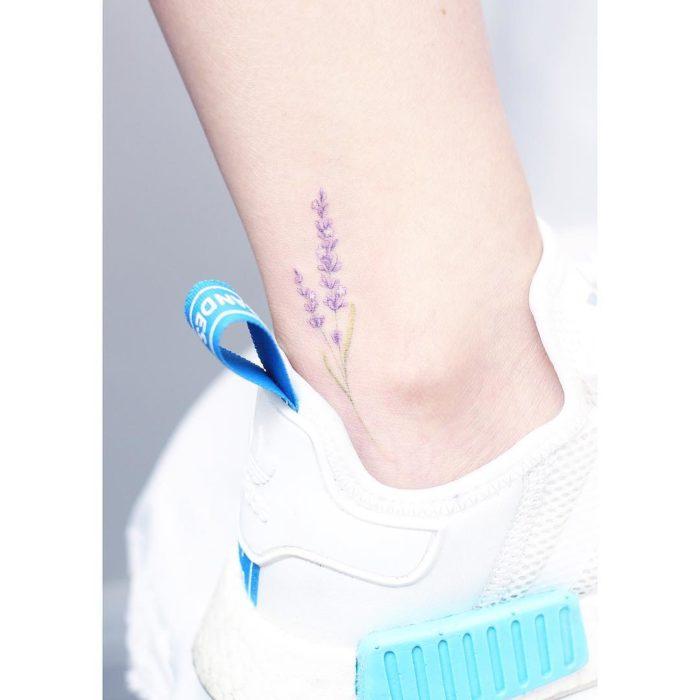 Tatuaje flores acuarela colores tobillo