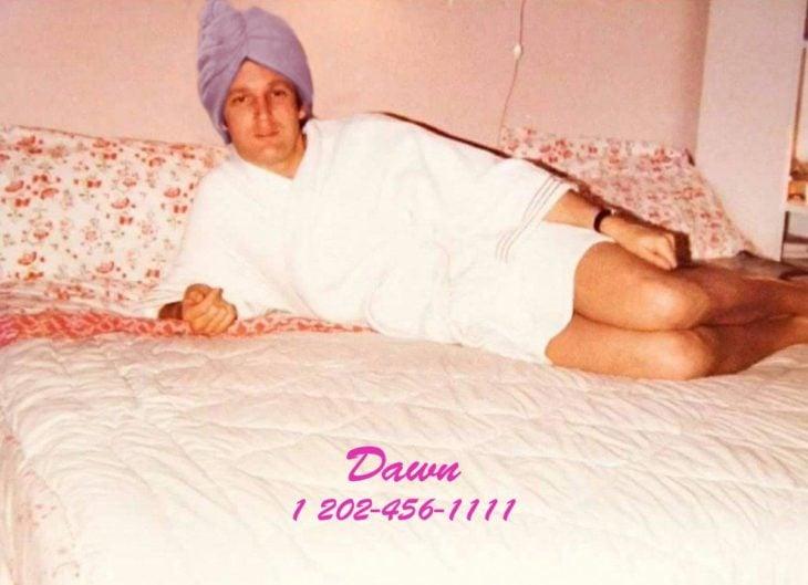 PS trump con toalla de baño en la cabeza