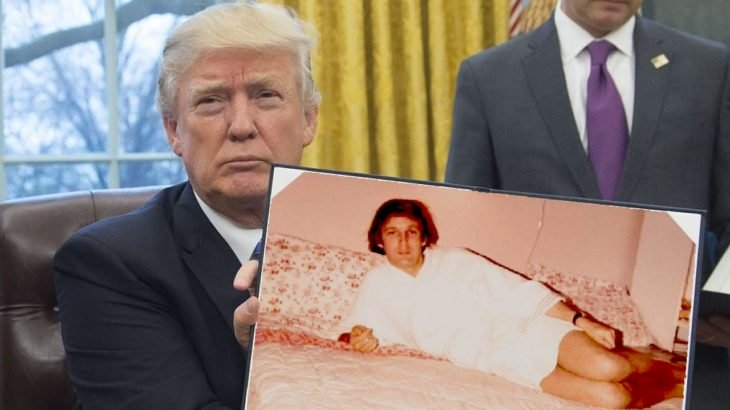 PS trump mostrando una foto de él más joven acostado en la cama