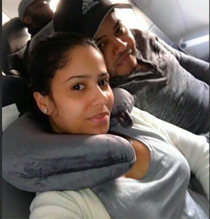 hombre al lado de una mujer en asientos de camión