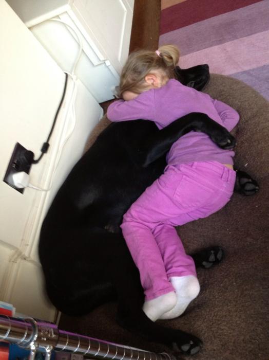 niña dormida perro negro