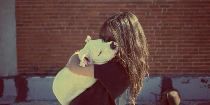 Abrazo perro chica rubia