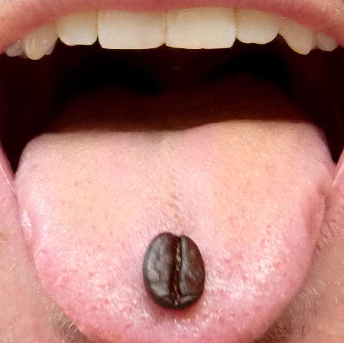 lengua con un grano de café
