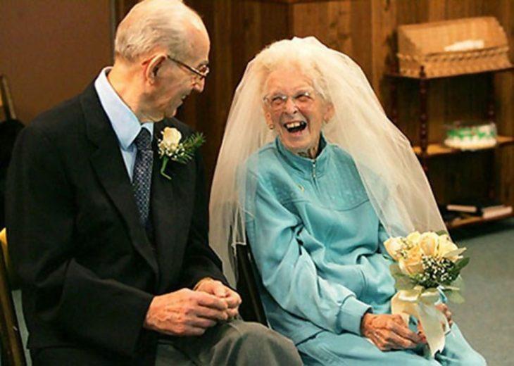 pareja de ancianos felices casándose