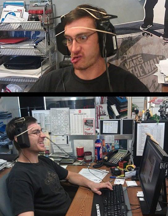 hombre se pone dos bocinas en las orejas como audifonos
