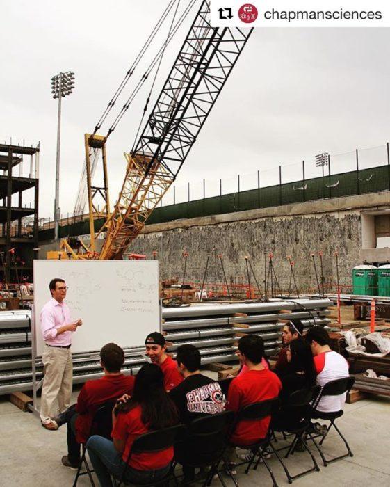 tomando clases en sitio de construcción