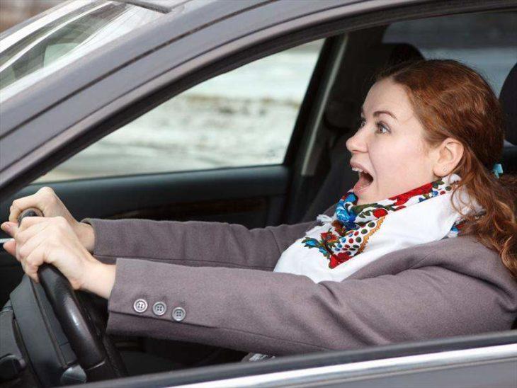 mujer en un auto fuera de control