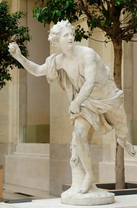 estatua de griega aventando una manzana
