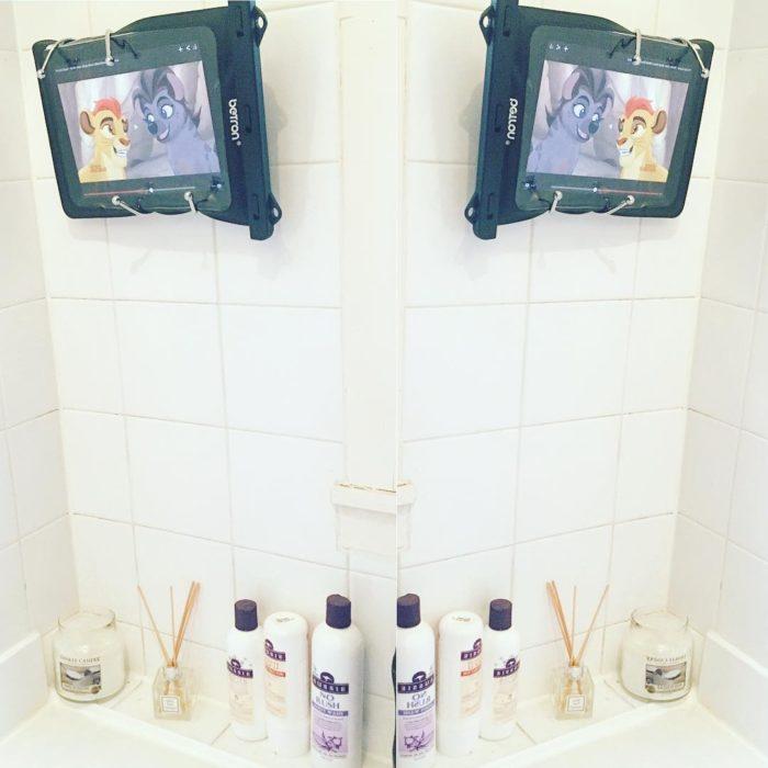 tabletas electrónicas en el baño
