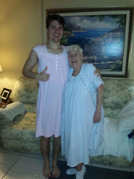 nieto y abuela en bata