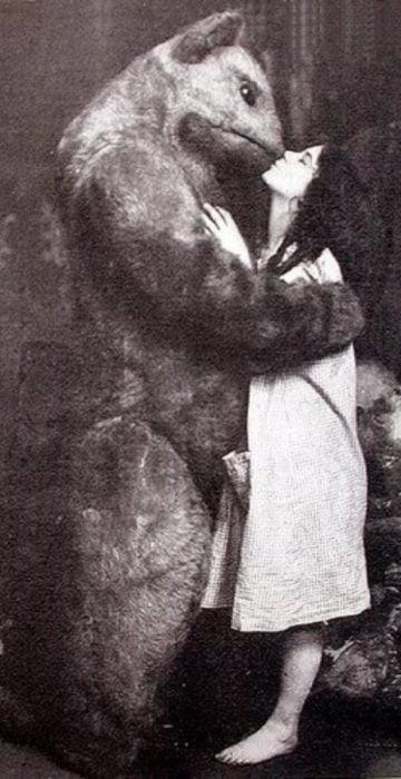 foto antigua de botarga besando a mujer