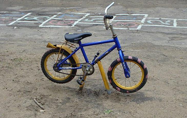 bici regular soldada al suelo mediante un tubo