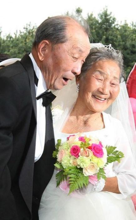 pareja asiática de ancianso se casa