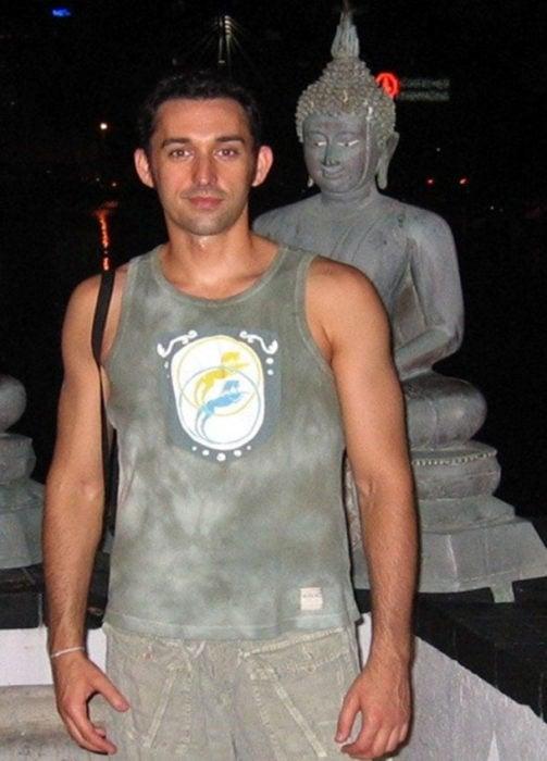 muchacho frentae a estatua d ebuda