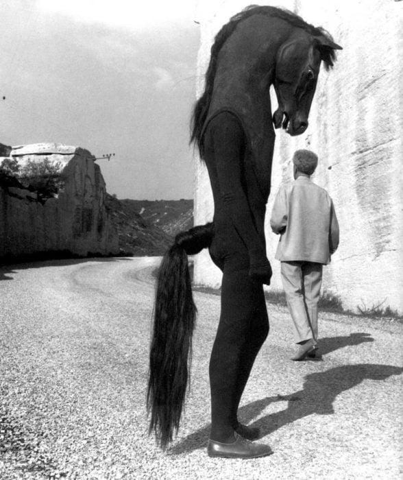 foto antigua de hombre disfrazadao de caballos