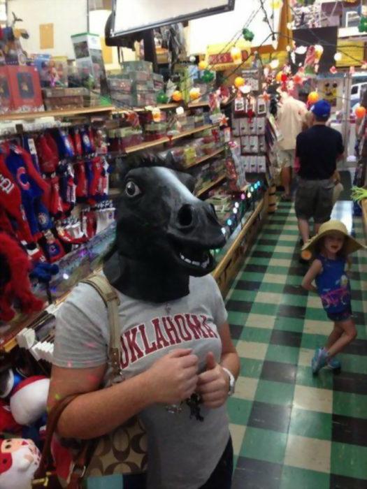 chico con máscara de caballo