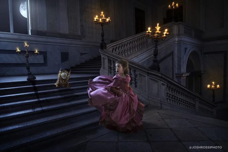 niña vestida de rosa baja corriendo unas escaleras