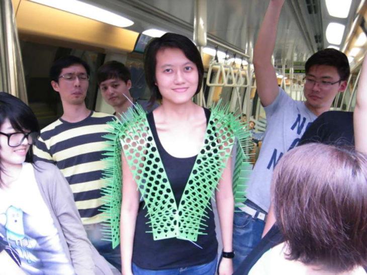 chica usa chaleco con púas en el metro