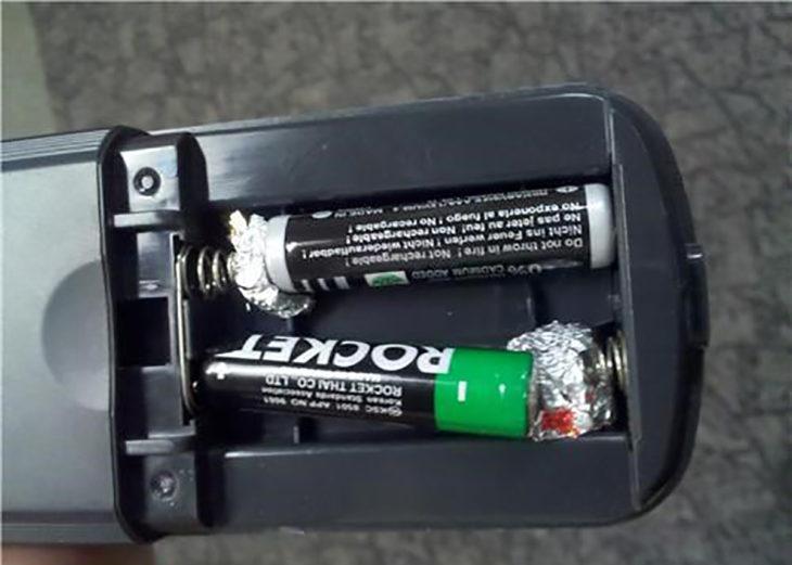 pilas de control remoto con papel aluminio para que ajusten correctamente