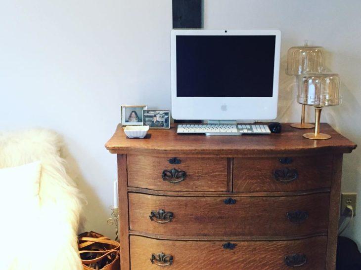 computadora apple sobre una cajonera