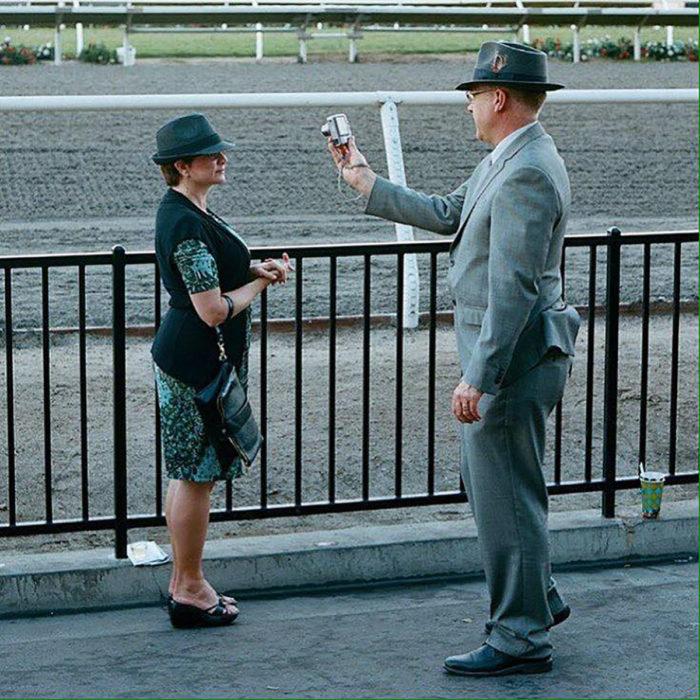 hombre con estilo de vestir elegante le toma foto a su mujer