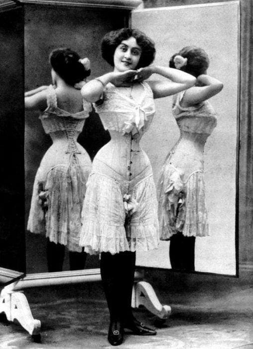 mujer del siglo XX con corset