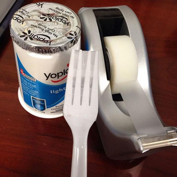 tenedor con cinta adhesiva