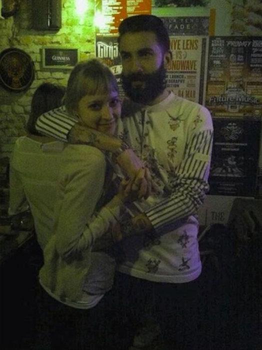 hombre abrazando a una chica