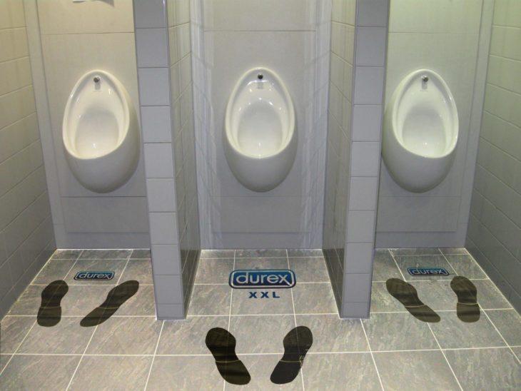 baños con publicidad de guerrilla durex