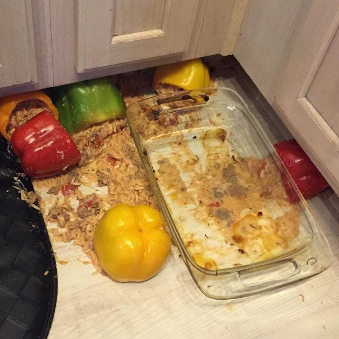 plato, pimientos y ensalada tirada