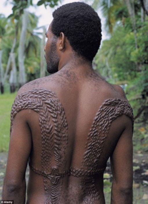 hombre con escarificación en la espalda