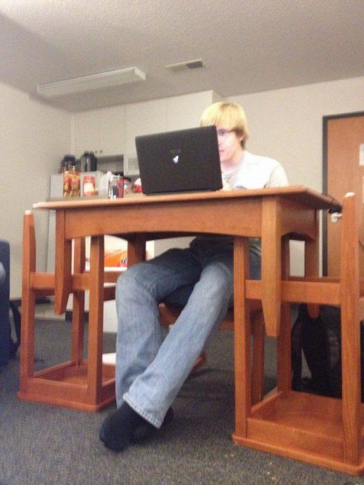 escritorio hecho de dos sillas y mesita