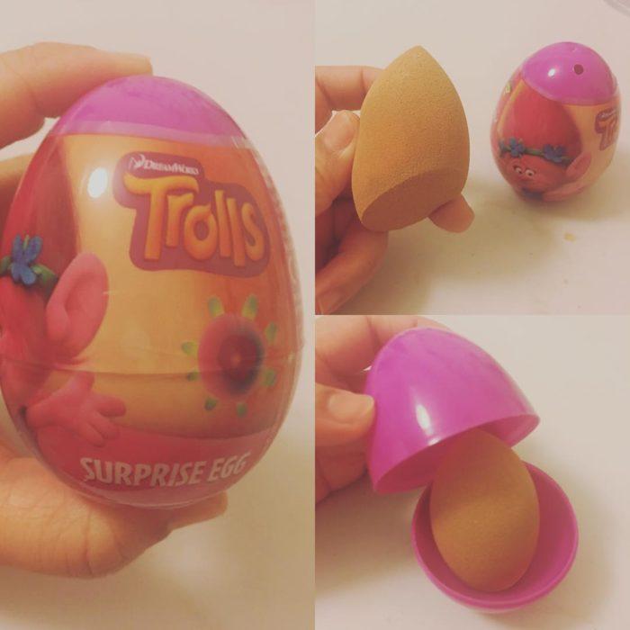esponja de maquillaje en envase de uevo de chocolate