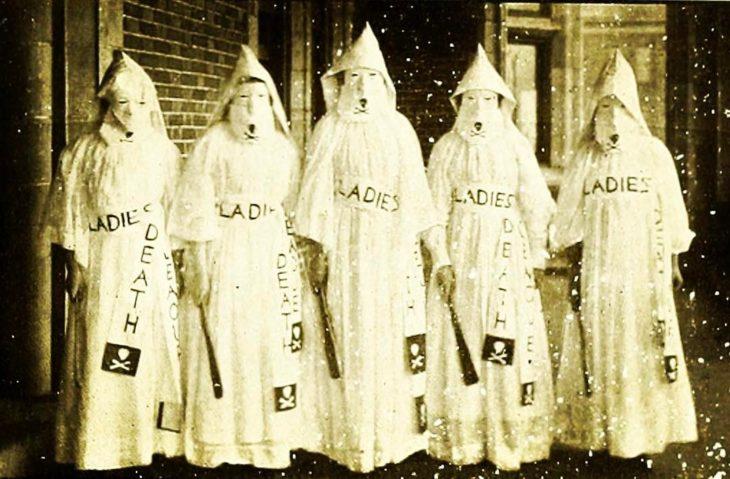 mujeres vestidas estilo kukuxs clan