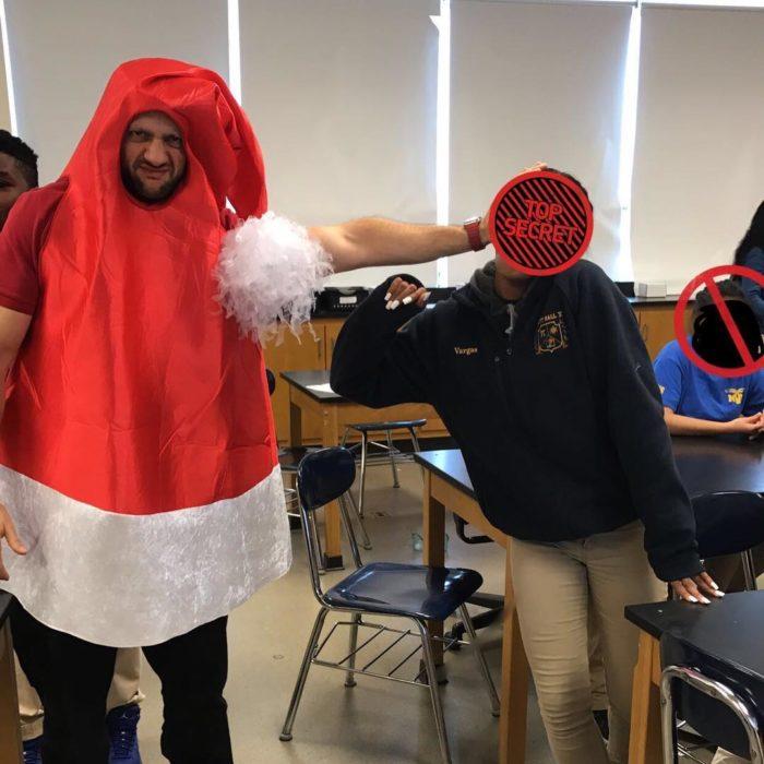 hombre vestido en un gorro gigante de navidad