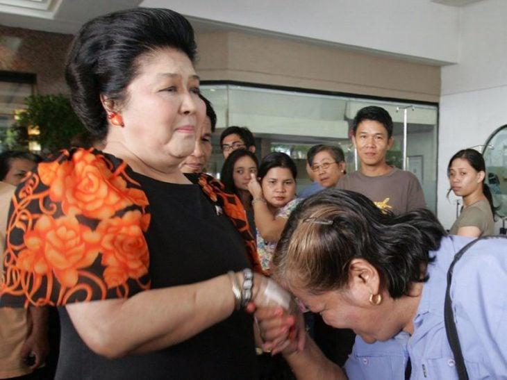 dos mujeres filipinas se saludan