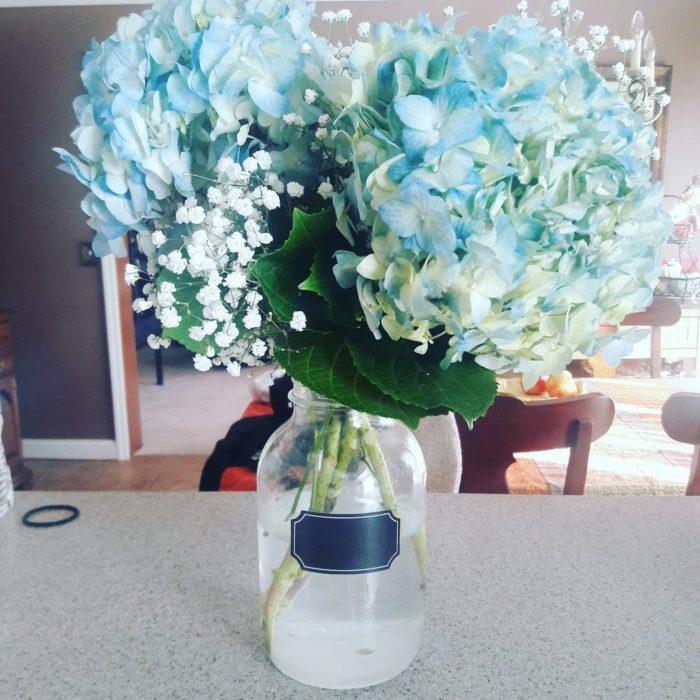 arreglo floral en un frasco