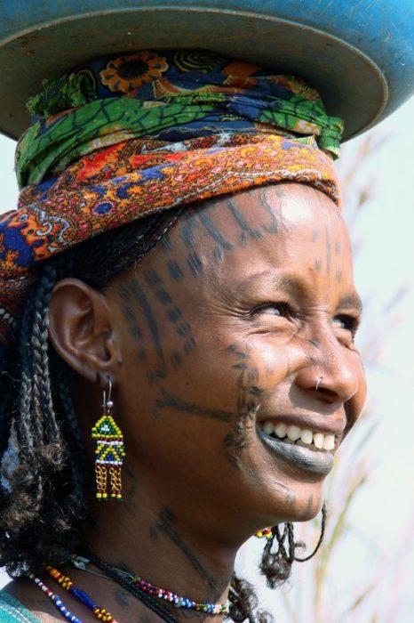 mujer africana con tocado colorido