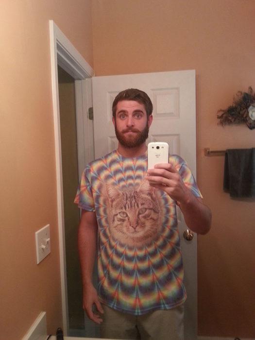 hombre con camisa psicodélica de gato