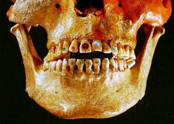 calabera con gemas en los dientes