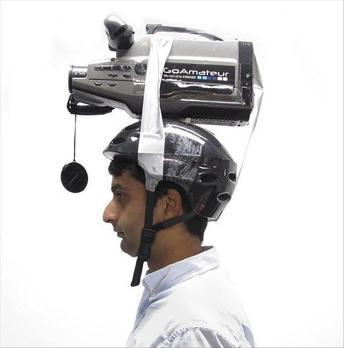 hombre con cámara pegada a un casco