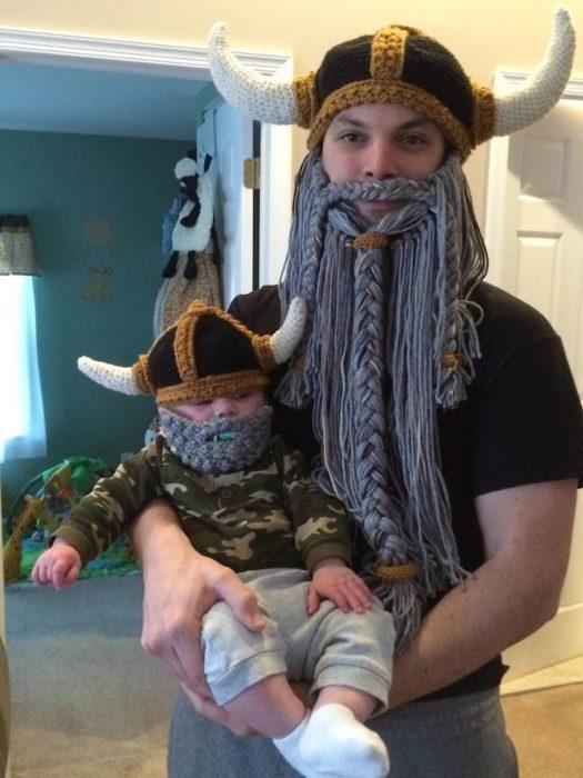 padre e hijo con gorros tejidos de vikingos