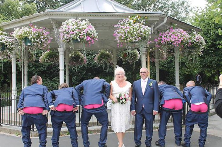 novia de 60 años con caballeros acompañantes graciosos