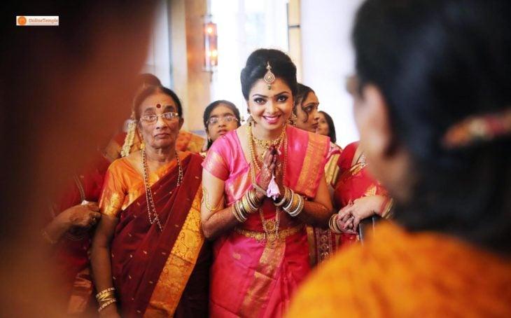 mujer hindú saludando y sondierno