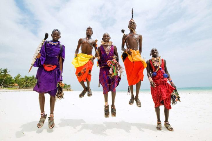 jóvenes de tribu africana saltando