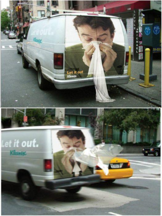 camión con publicidad de pañuelos faciales