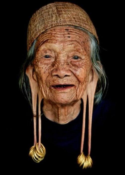 anciana con lóbulos alargados