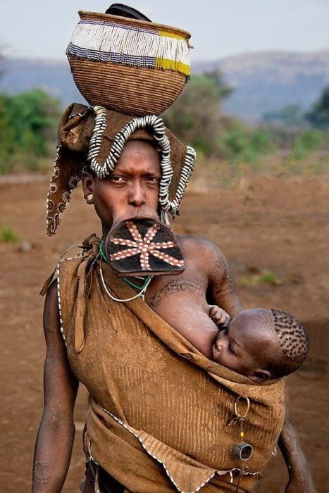 mujer africana con expansiones en los labios