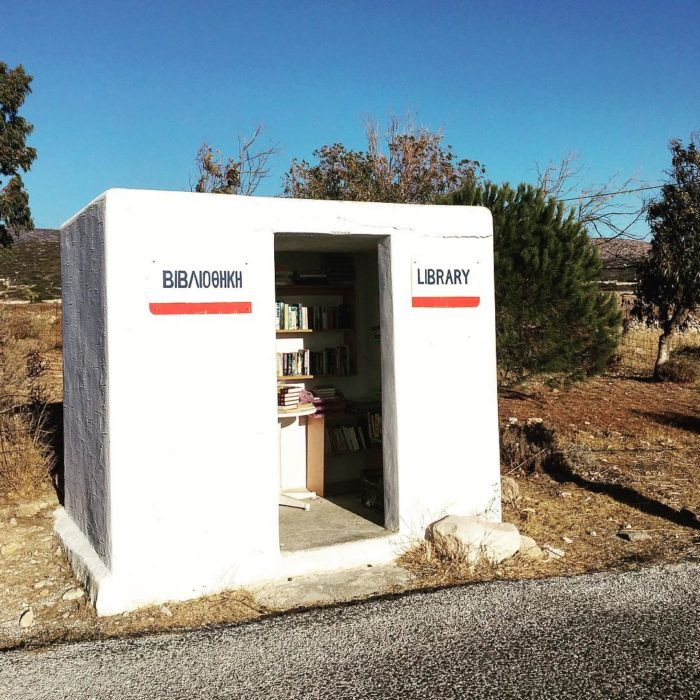 librería gratuita en medio de la carretera